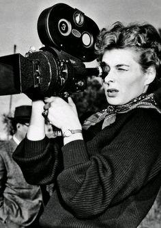 """Íngrid Bergman tras la cámara. En el rodaje de """"We, the woman"""" 1953."""