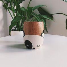 Mate de algarrobo pintado a mano con pintura acrílica resistente, diseño huevito. Están laqueados para su lavado y mayor durabilidad. Painted Plant Pots, Cute Mugs, Planters, Diy, Crafts, Painting, Colored Vases, Pottery Vase, Felt Boards