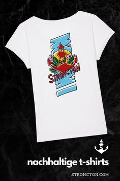 Dieses T-Shirt liefert die guten Vibes inklusive. Es ist bald in unserem Online-Shop in kleiner Auflage verfügbar. Es kommt in unterschiedlichen Ausführungen, wie von euch gewünscht. Stroncton verwendet nachhaltigen Materialien wie Bio-Baumwolle oder recyceltem Polyester und lässt unter fairen Bedingungen produzieren. 1,- € aus jedem Verkauf spenden wir für wohltätige Zwecke. Mehr Inspiration für nachhaltige Styles und Accessoires sowie brandneue Designs, findest du bei Stroncton im Online… Tropical Vibes, How To Roll Sleeves, Designs, Shirt Sleeves, Sweatshirt, Mens Tops, Inspiration, Women, Fashion