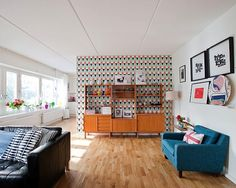 instead of revamping the retro shelving piece add wallpaper to the back of the wall for a great pop! contemporary living room by Fotograf Lisbet Spörndly Retro Living Rooms, Cozy Living Rooms, My Living Room, Living Room Designs, Living Room Decor, Living Spaces, Modern Living, Dining Rooms, Balkon Design