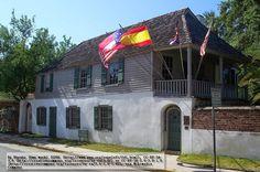 La maqueta de papel está inspirada en la casa González-Álvarez que se encuentra en San Agustín, Florida, construida en 1723, de claro estilo colonial español. Está considerada la casa la más antigua existente de ese estilo, si bien su estructura actual data del siglo XVIII.