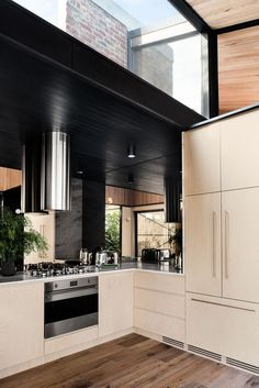 Light Corridor House is a semi-detached worker's cottage in Cremorne, Melbourne, recently renovated by Figr Architecture & Design. Kitchen Interior, Modern Interior, Interior Architecture, Home Interior, Kitchen Mirror Splashback, Melbourne, Cool Kitchens, Porches, New Homes
