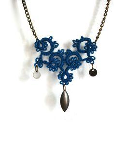 Petit collier chose bleu avec breloques bronze antiques / / midnight blue collier dentelle / / blue collier boho / / Tatted bijoux / / Boho chic bijoux
