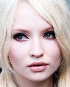 Emily Browning with white-blonde hair Emily Browning, Pale Skin Makeup, Hair Makeup, Doll Makeup, Peach Makeup, Eye Makeup, White Blonde Hair, Pale Skin Blonde Hair, Ice Blonde