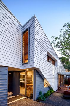 Mountford Architects recently have completed Sussex Street House, a small house designed for one person in Maylands, Western Australia. Decor Interior Design, Interior Design Living Room, Interior Decorating, Room Interior, Decorating Ideas, Architecture Awards, Commercial Architecture, House Architecture, Australian Architecture