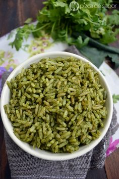 Perfecto para acompañar tus comidas. Aprende la receta de este arroz verde delicioso que es muy fácil de hacer! Con fotos paso a paso para que no te quede batido.