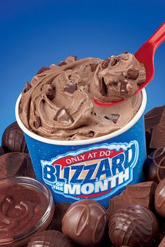 Chocoholics will ring in the New Year delectable bite by delectable bite when the Dairy Queen system brings back one of its most popular Blizzard Treats with Chocolate Candy Shop as the January Bli Frozen Cake, Frozen Treats, Dairy Queen Blizzard Flavors, Dq Blizzard, Delicious Desserts, Dessert Recipes, Queens Food, Food Obsession, Candy Shop