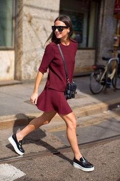 Luce chic con tus zapatillas en la oficina - Divina Ejecutiva The Sartorialist, Outfits In Rot, Casual Outfits, Skirt Outfits, Rock Outfits, Casual Attire, Casual Clothes, Look Fashion, Fashion Outfits