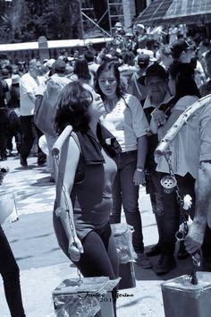 Sábado de Gloria. Promesa, Fe y Bendición del agua. #FotografiasDeMexico  #FotografiasCDMX   #StreetPhotography  #BlackAndWhitePhotography  #BlackAndWhite