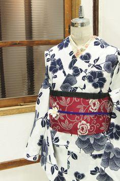 さっぱりとした白の地に凛と映える濃紺一色で染め出された椿の花枝が美しい注染レトロ浴衣です。