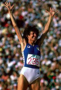 Sara Simeoni (19 de abril de 1953 ) Atleta italiana especialista en salto de altura. Campeona olímpica en los Juegos de Moscú 1980, y plata en los de Montreal 1976 y Los Ángeles 1984.
