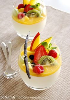 panna vanilla panna cotta with mango puree and fresh fruits.vanilla panna cotta with mango puree and fresh fruits. Mini Desserts, Plated Desserts, Party Desserts, Dessert Cups, Dessert Recipes, Mousse Dessert, Dessert Table, Easy Panna Cotta Recipe, Vanilla Panna Cotta