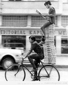 foto-retro-antigua-chico-subido-pila-periodicos-leyendo