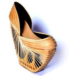 """""""Yanomani"""" de Breno Cintra est une collection de chaussures inspirée par la tribu Yanomani du Brésil. Matière: cuir, bois sculpté à la main et lamelles de bambou. Autre vue : http://1.bp.blogspot.com/-lW_HyjuBwCc/URnRIuafcdI/AAAAAAAD0ho/RcOcvhiPERI/s1600/3.jpg"""