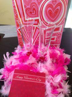Valentine's Day chegou mais cedo na Burton Way. A festa que celebra o dia do amor e uma das minhas favoritas nos EUA. A amiga Flavia Faustini me presenteou com essas taças pra la de estilosas, um cartão lindo e muitas plumas. Um glamour brindar o dia de São Valentino assim. Nem preciso dizer que amei! ❤️❤️❤️