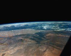 Blick aus der Raumkapsel:  Als erster Amerikaner umkreiste John Glenn am 20. Februar 1962 in einem Raumschiff die Erde und brachte dabei dieses Foto mit. Es zeigt seine Sicht auf die Erde, genauer das Antiatlas-Gebirge in Marokko.