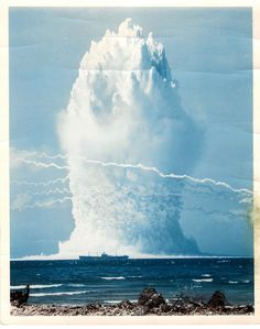 under water nuclear bomb test 1958 Nuclear Bomb, Nuclear Energy, Nuclear War, World History, World War Ii, Bomba Nuclear, Water Bombs, Weapon Of Mass Destruction, E Mc2