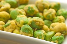 14 Mega Metabolism Boosters-Spicy Wasabi Peas If you're craving a crunchy savory snack reach for wasabi peas. The heat from the wasabi stimulates your bodys metabolic engine while the fiber from the peas helps keep you full. Metabolism Booster, Slow Metabolism, Boost Your Metabolism, Weight Loss Smoothies, Healthy Weight Loss, Savory Snacks, Healthy Snacks, Wasabi Peas, Healthy Tips