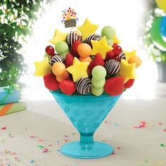 DIY Edible Arrangements ~ Make Your Own Fruit Bouquet - http://gimmiefreebies.com/diy-edible-arrangements/