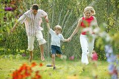 Un'attività al giorno, per 31 giorni, da fare insieme al tuo bambino: all'aria aperta, in città, in campagna, in casa o in giardino. Ecco una raccolta di giochi, lavoretti e ricette per trascorrere con creatività e fantasia l'estate.