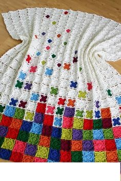 Küçük motiflerle işlenilmiş olan örgü battaniye