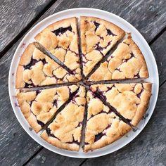 Bjud på en läcker och lättbakad sommarpaj med rabarber, blåbär och hallon.