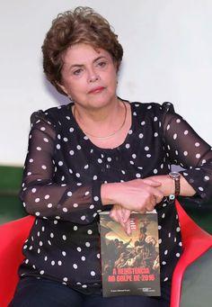 Dilma com o livro sobre o golpe em Brasília