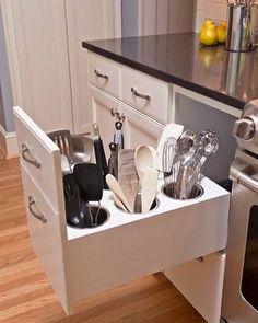 WEBSTA @ blogpapodecasada - A louuuca da organização!  Encontrei essa inspiração mara de como guardar utensílios e amei!!!  #pinterestinspired #organização #dicaspapodecasada #kitchen #blogpapodecasada
