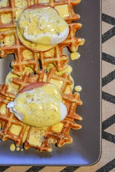 Everything Bagel Waffle Eggs Benedict - I am a Honey Bee Savory Waffles, Pancakes And Bacon, Breakfast Waffles, Savory Breakfast, Breakfast Dishes, Bacon Pancake, Fluffy Waffles, Breakfast Club, Food Truck