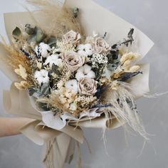 We hereby proclaim our undying love for dried bouquet. We love this rustic and elegant twist of dried & preserved blooms. Dried Flower Bouquet, Flower Bouquet Wedding, Dried Flowers, Dried Flower Arrangements, Rustic Bouquet, How To Preserve Flowers, Floral Bouquets, Flower Decorations, Planting Flowers