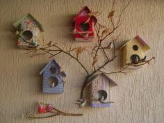 casa de passarinho com galho de árvore