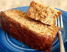 Weight Watcher 1 Point Banana Bread--Flex Points recipe: Moist and tasty! For those on WW, it's an easy, economical homemade alternative to buying the overpriced WW baked goods in the grocery store. This recipe is courtesy of the WW website. Weight Watcher Desserts, Petit Déjeuner Weight Watcher, Weight Watcher Banana Bread, Plats Weight Watchers, Weight Watchers Breakfast, Weight Watchers Meals, Weigh Watchers, Ww Recipes, Skinny Recipes