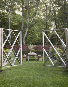 Love the idea of a big gate. A graphic cedar deer fence encloses the formal raised planting beds of landscape designer Lisa Byon's vegetable garden in Southampton, NY. Photo by Ngoc Minh Ngo. From House Beautiful. Outdoor Rooms, Outdoor Dining, Outdoor Gardens, Dining Area, Dining Room, Dining Table, Modern Garden Design, Landscape Design, Modern Design