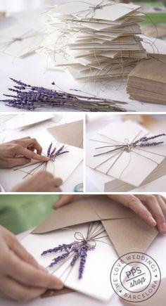 Persönliche Hochzeits-Einladungen, ergänzt um Lavendel Blümchen