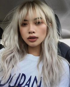 9 hair transformations that will make you want to have bangs - Trend Platinum Hair Makeup 2019 Blonde Asian Hair, Blonde Hair With Bangs, Asian Hair Bangs, Blonde Hair With Fringe, Asian Hair Fringe, Hair Color For Asian Skin, Asians With Blonde Hair, Asian Hair With Blonde Highlights, Asian Hair Perm