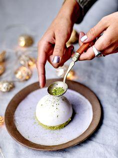 Recette Financiers thé vert et dômes au yuzu : Préchauffez le four sur th. 5-6/150-180°. Faites fondre le beurre à feu doux. Battez les blancs d'œufs en neige avec le sucre fin et le sel. Ajoutez la poudre d'amande, le thé matcha, la farine de riz, et mélangez à la spatule. Incorporez e...