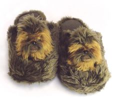 Chewbacca Slippers: Don't worry, be Wookie.Chewbacca is the coolest character in the Star Wars… Star Wars Chewbacca, Star Wars Shoes, Superman, Batman, Star Wars Merchandise, Ciabatta, Geek Chic, Assassins Creed, Slytherin