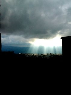 Es un dia lluvioso. . Un rayo de sol..
