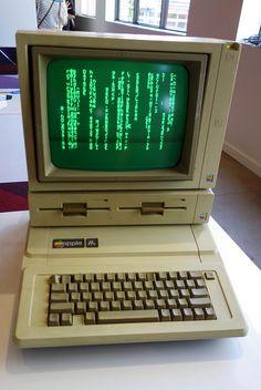 old school computer fan at DuckDuckGo Alter Computer, Computer Fan, Computer Technology, Apple Iie, School Computers, Retro Video Games, Retro Futuristic, Retro Aesthetic, Apple Products