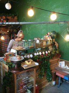 お店の中は、絵本や映画に登場しそうなインテリア!緑を基調とした内観は、狭いながらも独特の雰囲気をかもしていて、オーソドックスな焼菓子店とは一味違う空間です。チリムーロ/chirimulo