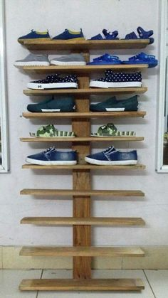 New wood pallet shoe rack diy closet ideas Kids Shoe Storage, Hanging Shoe Storage, Hanging Racks, Diy Hanging, Wood Storage, Diy Storage, Storage Ideas, Hanging Closet, Diy Rack