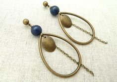 A chic and graphic look for this pair of earrings adorned with a Lapis Lazuli pearl and a bronze metal drop. Beaded Earrings, Beaded Jewelry, Handmade Jewelry, Unique Jewelry, Earring Crafts, Jewelry Crafts, Art Deco Jewelry, Jewelry Design, Bijoux Diy