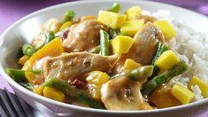 Heerlijk zo'n pittige Zuid-Afrikaanse kip Palava! Extra lekker met garnering van blokjes mango en geroosterd sesamzaad. De sperzieboontjes kan je gerust vervangen door spinazie.