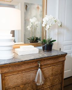 Here are some tips for styling your wet bar and entry hall table! I'm bringing you into my home to show you a sense of my style to help inspire you and give you some tips of a practical but stylish home! Check out how I style my Wet and Entry Hall! Home Decor Styles, Cheap Home Decor, Home Decor Accessories, Entry Hall Table, Hall Tables, Home Interior, Interior Design, Interior Styling, Interior Colors