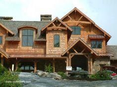 Cedar siding - Una cubierta rústica y artesanal de madera en la fachada de una casa en Estados Unidos