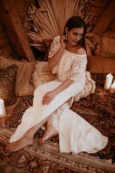 Die langen, glatten Haare passen wunderbar zu dem fließenden Brautkleid im Bohemian Stil und verleihen dem Styling einen Hauch Eleganz. Der perfekte Look für ein orientalische Boho-Hochzeit in einer Scheune. Alle Bilder im Hochzeitskiste Blog! #weddinginabarn #bohohochzeit #orientalischebohohochzeit #hochzeitsideen #brautstyling #bohobraut #tinywedding #kleinehochzeit Trends, Blog, Wedding, Dresses, Fashion, Sleek Hair, Barn, Marriage Dress, Bridle Dress