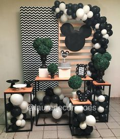 Ideas for birthday surprise party boys Mickey Party, Mickey Mouse Birthday, Minnie Mouse Party, Baby Birthday, Birthday Centerpieces, Birthday Decorations, Birthday Party Themes, Balloon Garland, Balloon Decorations
