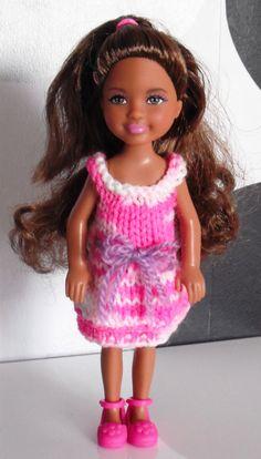 Bonjour à toutes, Voilà aujourd'hui la troisième tenue de Chelsea. Je lui ai tricoté une petite robe à volants rien que pour elle car elle était un peu jalouse de celle de Barbie. lol ! Nb : Il manque les tutos de la nuisette Barbie et le pyjama de Stacy....