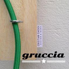 Lampada da appendere dove vuoi!  Legno massello, tubolare in ferro verniciato bianco lucido e cavo elettrico rivestito in tessuto verde