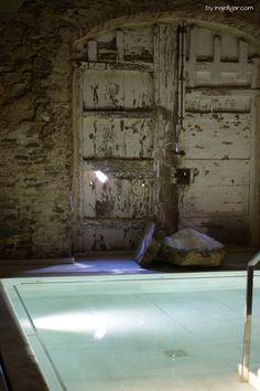 Salzwasserbecken im Aire Ancient Bath. Spätestens nach zehn Minuten schwerelosen Gleitens im Salzwasserbecken spüre ich, wie die Muskeln sich entspannen.